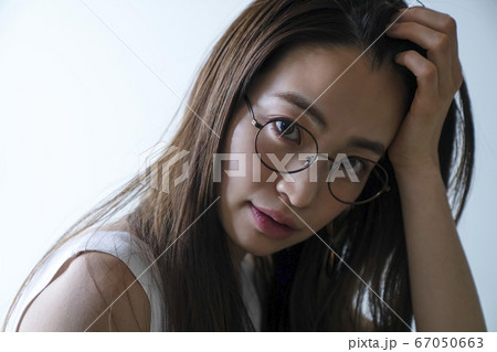 メガネをかけた女性のポートレート 67050663
