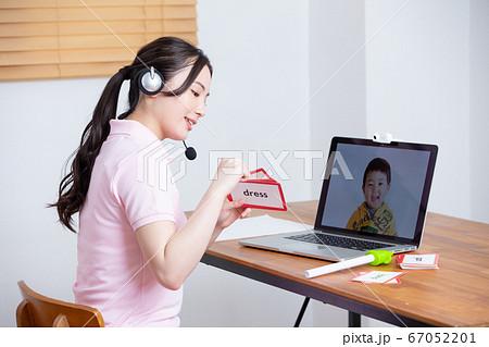 ヘッドセットを着けた女性 オンライン授業イメージ(英語) 67052201