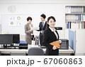 オフィスで働くスーツ姿の若い女性 67060863