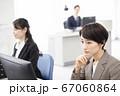 パソコンをするスーツ姿のミドル女性 67060864