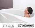 お風呂に入る男の子 67060995