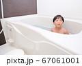 お風呂に入る男の子 67061001