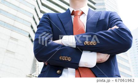 腕組みをするビジネスマンのイメージカット 横浜みなとみらい 67061962