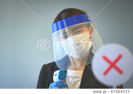 検温する女性スタッフ(コロナ後の様子) 67064255