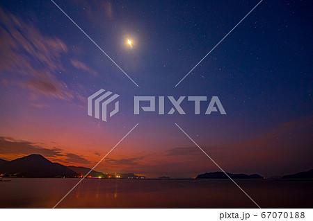 夜明けの瀬戸内の空に昇るオリオン座と月 67070188