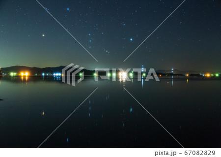 凪の瀬戸内の海に映り込むオリオン座 ソフトフィルター使用 67082829