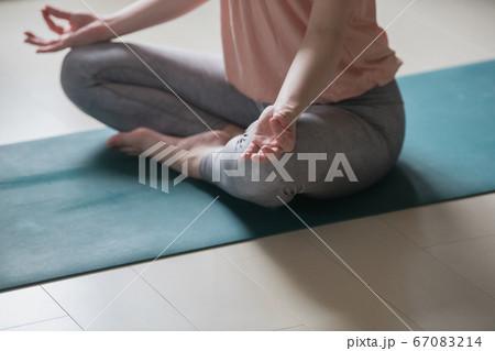 マインドフルネス瞑想・ヨガをする女性の手元 67083214