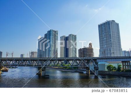 東京の風景 運河に架かる鉄橋と立ち並ぶタワーマンション 67083851