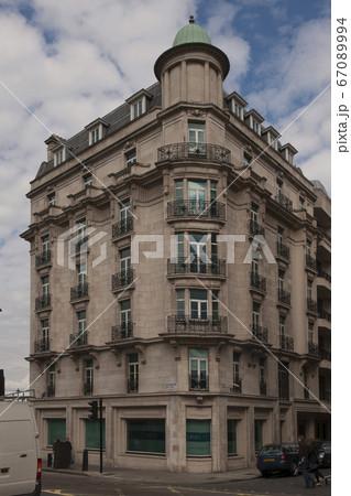 パリの古い7階建てのアパートメント 67089994