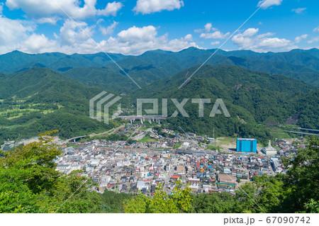 菊花山の登山道から見た大月市内(山梨県大月市) 67090742
