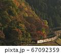 紅葉の高尾山と京王線 67092359