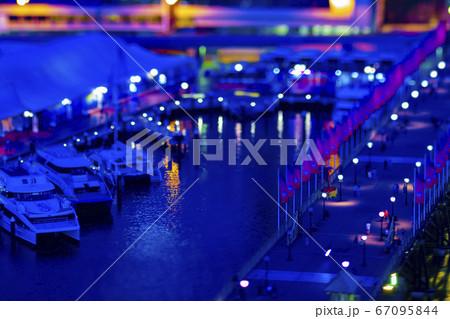 シドニーにて高所から撮影したミニチュア風のダーリングハーバーの夜景 67095844