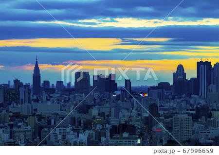 水道橋にて高所から望遠レンズで撮影した新宿方面の夕暮れの都市景観  67096659