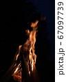 焚き火の炎 67097739