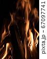 焚き火の炎 67097741