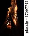 焚き火の炎 67097742