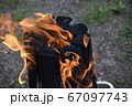 焚き火の炎 67097743