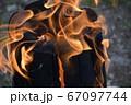 焚き火の炎 67097744