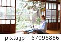 日本で暮らす外国人女性 パソコン操作 インバウンド 67098886