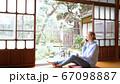 日本で暮らす外国人女性 スマホで通話 67098887
