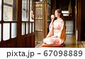 着物姿でお茶を飲む外国人女性 67098889
