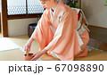 茶道 茶筅で抹茶を点てる外国人女性 日本文化体験 67098890