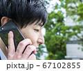 ベンチに座って電話をするビジネスマン 横浜みなとみらい 67102855