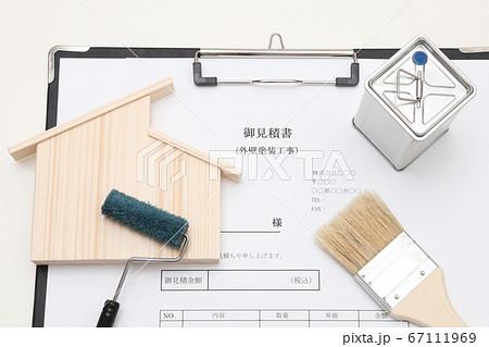 マイホーム(招き屋根)と外壁塗装工事の御見積書と塗装用道具イメージ 67111969