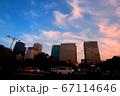 夕焼けの都会の交差点 67114646
