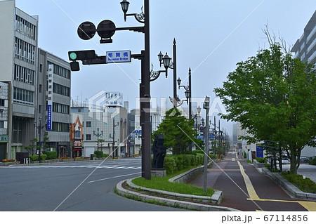 朝霧の釧路川河口の弊舞橋北詰の北大通り 67114856