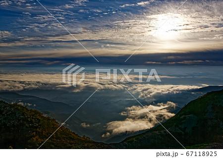 蝶ヶ岳から見る安曇野の雲海と朝日 67118925