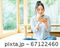 スマホで動画を見る若い女性 67122460
