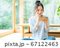 スマホで動画を見る若い女性 67122463