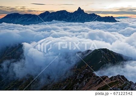 夕暮れの大天井岳から見る雲上の槍ヶ岳 67122542