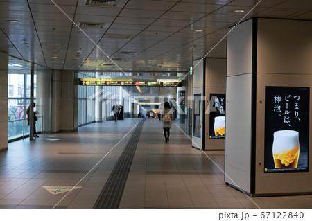 新型コロナが猛威を振るい緊急事態宣言が発令される直前の渋谷駅井の頭線乗り場付近の通路 67122840