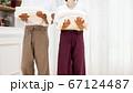 洗濯物を運ぶぐカップル パーツカット 67124487
