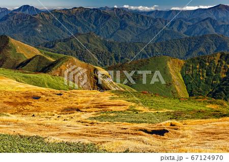 谷川連峰・朝日岳から見る朝日ヶ原の池塘と利根川水源の山々 67124970