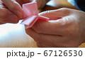 折り紙を折る女性 手元アップ 67126530