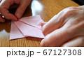 折り紙を折る女性 手元アップ 67127308