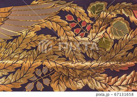 [東京・谷中] 東京の谷中七福神の布袋尊を祀る修性院に飾ってある鳳凰の尻尾を描いた金色の刺繍のクロー 67131658