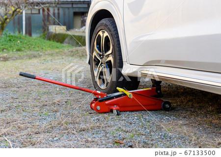 自動車とタイヤ交換用のオイルジャッキ 67133500