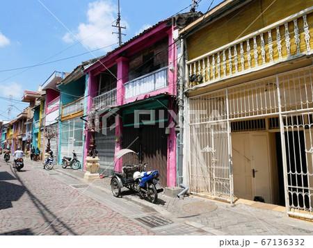 インドネシア・スラバヤ市 カラフルな建物が軒を並ぶ旧市街の書店街 67136332