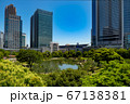 浜松町駅から眺めた旧芝離宮恩賜庭園と高層ビル 首都高 青空 快晴 67138381