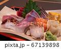 刺身盛合せ 接写 サーモン 北寄貝 玉子焼き たこ 鯛 マグロ 赤身 トロ カンパチ かつお 大葉 67139898