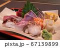 刺身盛合せ サーモン 北寄貝 玉子焼き たこ 鯛 マグロ 赤身 トロ カンパチ かつお 大葉 ワサビ 67139899
