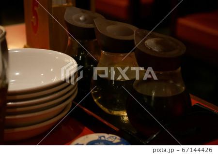 中華料理店の赤いテーブルに置かれた調味料 67144426