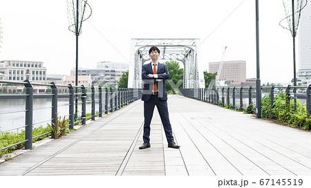 汽車道で仁王立ちのビジネスマン 横浜みなとみらい 67145519