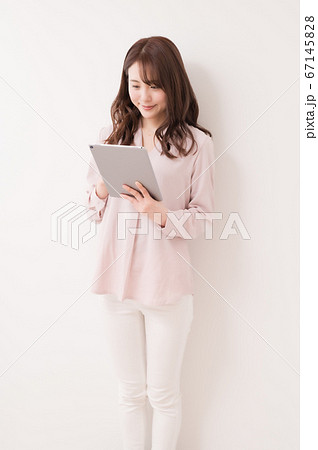 タブレットを使って仕事する若い女性 67145828