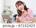 YouTubeで咀嚼音を配信する若い女性 67152423