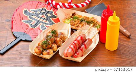 お祭り縁日屋台の食べ物イメージ。たこ焼き、フランクフルト、焼きそば。 67153017
